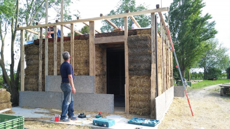Houses made of straw bales, wood and earth